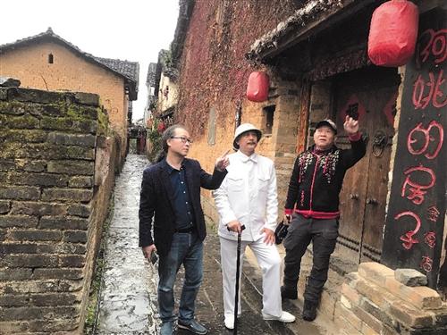 左起杨世伟、韦智、蒙天创考察景点