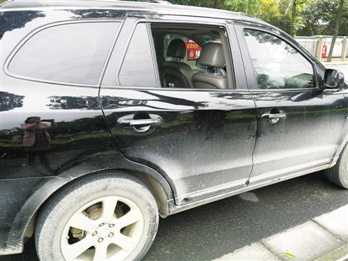 劳女士的小车车窗被砸坏 本报记者 黎兆齐 摄