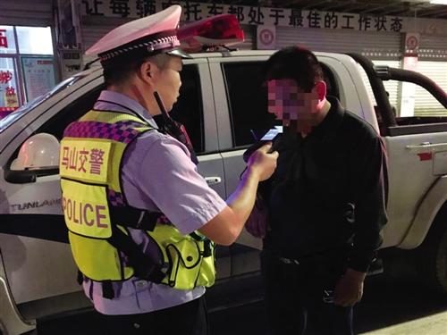 ◀的哥蓝某某被检测出体内酒精含量高 (马山县公安局供图)