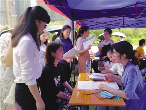 求职者向招聘单位咨询了解情况 本报记者 史小辉 摄