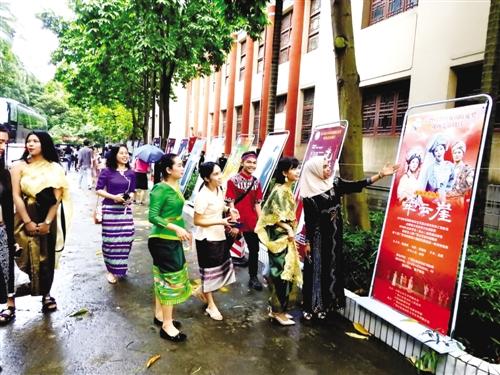 中国传统戏剧吸引外国留学生 本报记者 赖有光 摄
