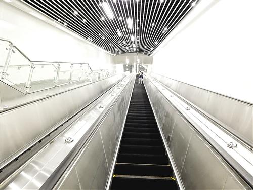 提升高度26.27米、长约55米的自动扶梯