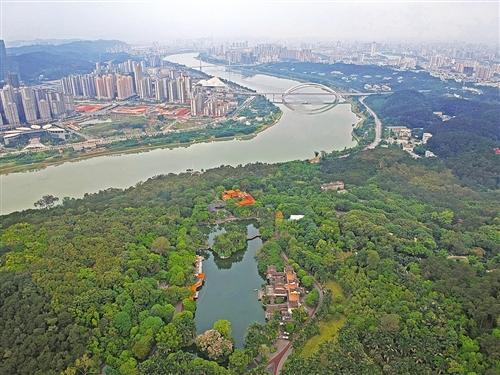 实施河长制后,邕江沿岸景观有了明显改善,成为人们游览休闲的好去处 本报记者 程勇可 摄