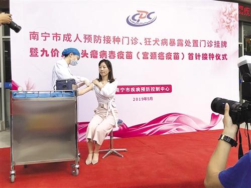 张女士正在接受九价宫颈癌疫苗接种 本报记者 叶祯 摄