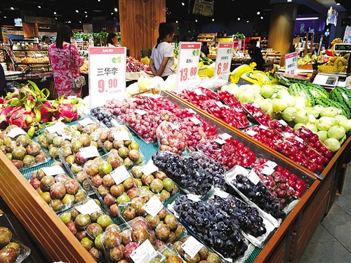 在南宁埌东一家大型超市,各类水果的价格比去年同期有不同程度上涨