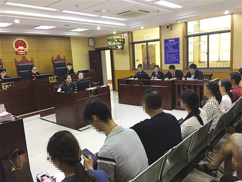 10多名业主坐上了被告席 本报记者 陆增安 摄