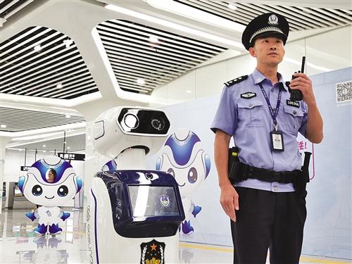 """""""机器人警察""""亮相 本报记者 程勇可 摄"""