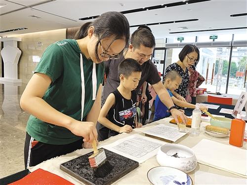读者体验雕版印刷 本报记者 陈蕾 摄