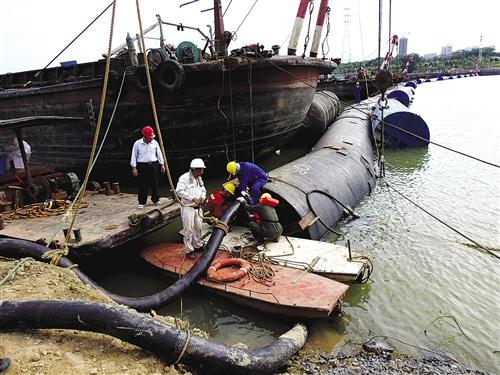 邕江上游引水工程一期过江输水管线沉管,施工人员在两岸管口对管线进行缓慢注水,以平衡整条管线的压力 本报记者 赖有光 摄
