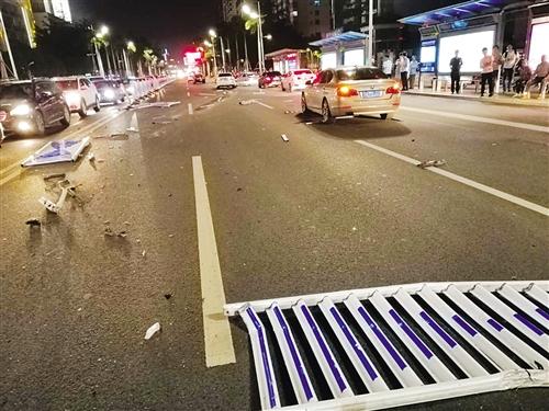事故现场十几米的护栏被撞断(网友供图)