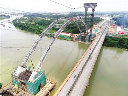 六律大桥拱肋合龙现场鸟瞰图 本报记者 赖有光 摄