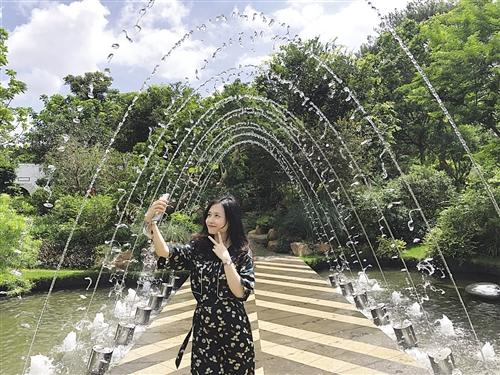 游客在上海园留影