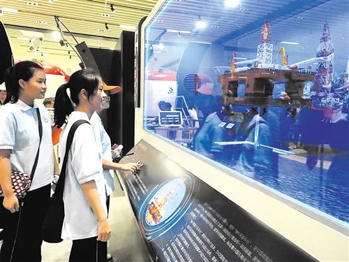 小学生参观体验海上石油开采原理