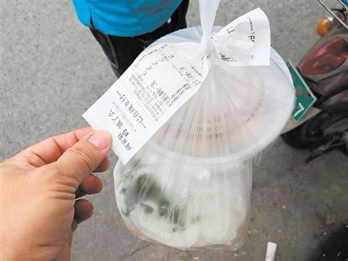记者走访发现大多数外卖包装上只附有订单,并未贴封签,客户看不出外卖有没有被动过