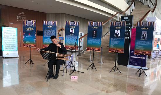 乐器老师现场演奏竹箨胡