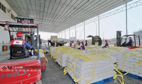 2月18日,在北部湾港贵港集装箱码头,工人们正在加紧装运物资。记者 黄 克 摄