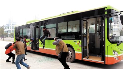 ▲演练中,乘客遇到险情除了从前后车门逃生,还可持安全锤打烂车窗逃生