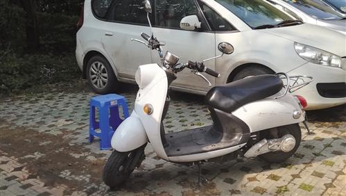 ▲有人用电单车、塑料凳占车位