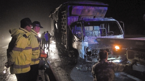 货车被烧得只剩铁架子,救援人员将其拖离高速公路 高速交警部门供图