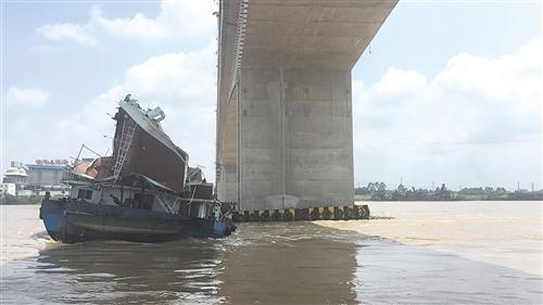 船舶驾驶室触碰桥梁,驾驶台损毁