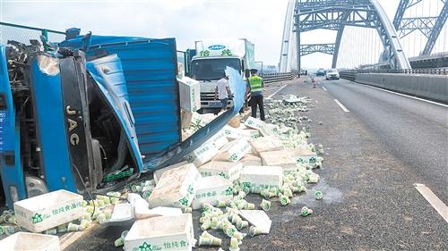 小货车行至泉南高速六景大桥段发生侧翻,车上运载货物散落一地 高速交警部门供图