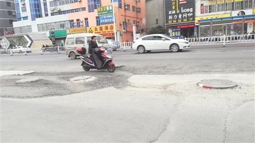 修复前,路面坑洼不平,车辆经过都很颠簸