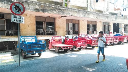 消防通道停了一排三轮车