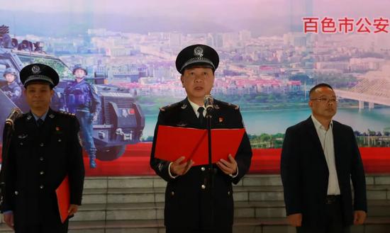 市公安局党委委员、副局长、交警支队支队长黄毅军主持仪式