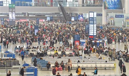 3月1日,乘客在南宁东站候车厅内候车。当日,2019年春运结束 本报见习记者 胡雁 摄