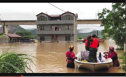 消防员乘皮划艇准备营救因洪水被困在家的村民 (图片由桂林消防提供)