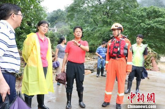 桂林市委常委、常务副市长张晓武(前左三)赶到现场指挥救援。 熊有发 摄