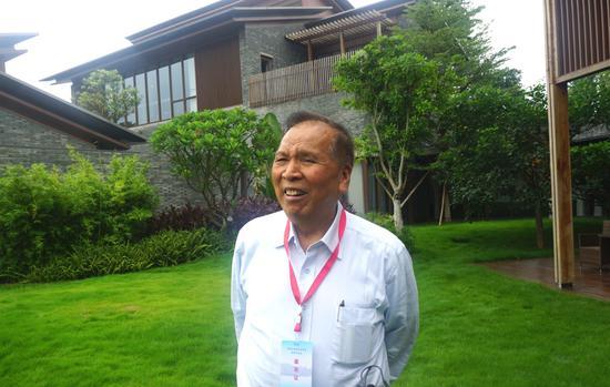 中国扶贫基金会副会长、广州市原政协主席陈开枝同志正在接受记者采访 莫扬娇/摄