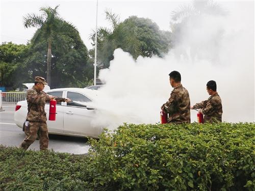 官兵对自燃轿车进行紧急扑救(兴宁区人民武装部供图)