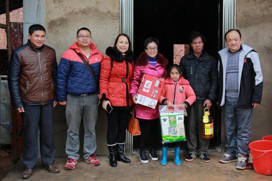 广西体彩中心党支部书记李广(中)慰问贫困家庭