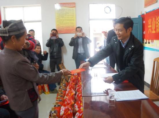 兴业银行南宁分行给文化村困难户送去大米、食用油、慰问金和节日祝福