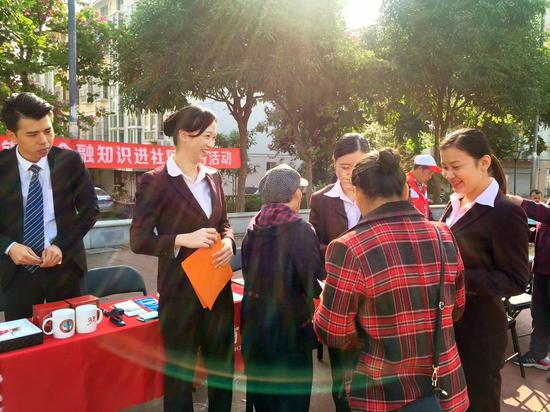 """招商银行南宁分行英华路支行配合柳沙社区于2017年12月5日开展了""""金融知识进社区""""主题活动,共同创造平安、和谐社会。"""