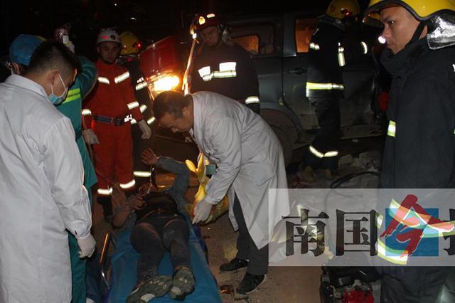 五菱车撞到路边混凝土宣传栏 司机当场死亡(图)