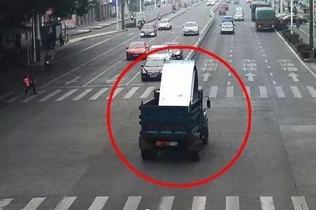 """惊险!违法拖拉机的疯狂""""逃跑之旅"""" 闯红灯还撞警车"""