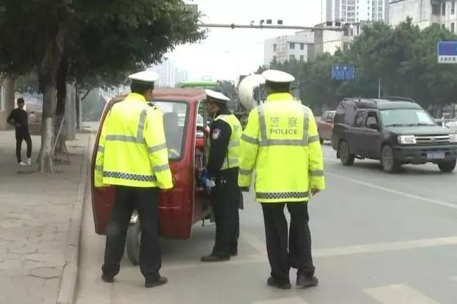 酒瓶袭警!柳州女车手无证开电动三轮车被逮个正着