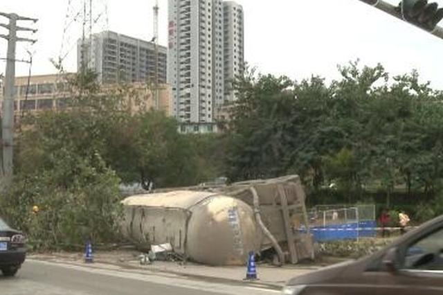 南宁:散装水泥车失控侧翻 车损严重司机受轻伤