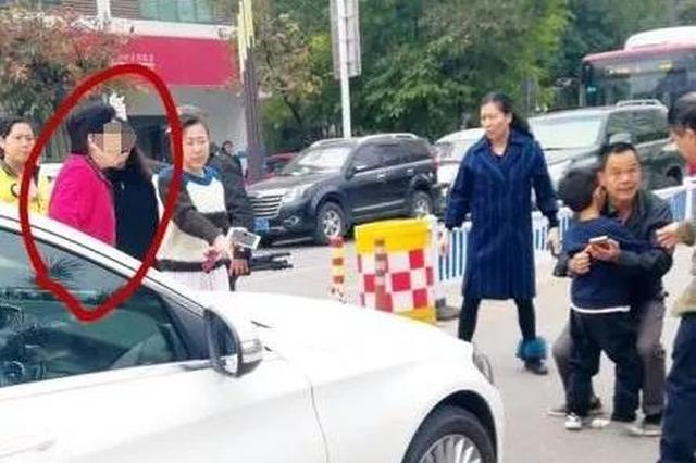 南宁一奔驰车撞倒孩子!司机说先停车 然后就走了