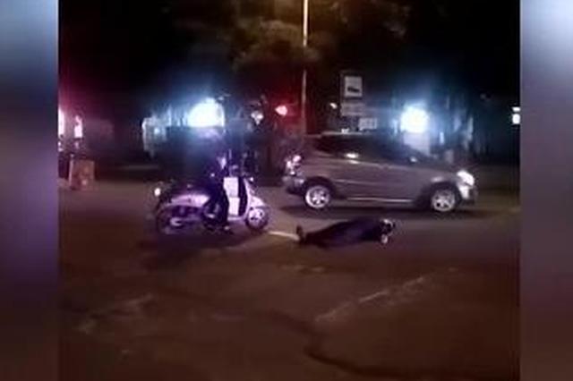 广西来宾:醉汉倒路中央 女路人拦过往车辆守护