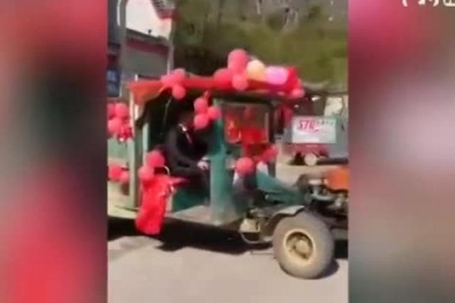 广西小伙率5台拖拉机迎亲 新娘手握方向盘驾最牛婚车