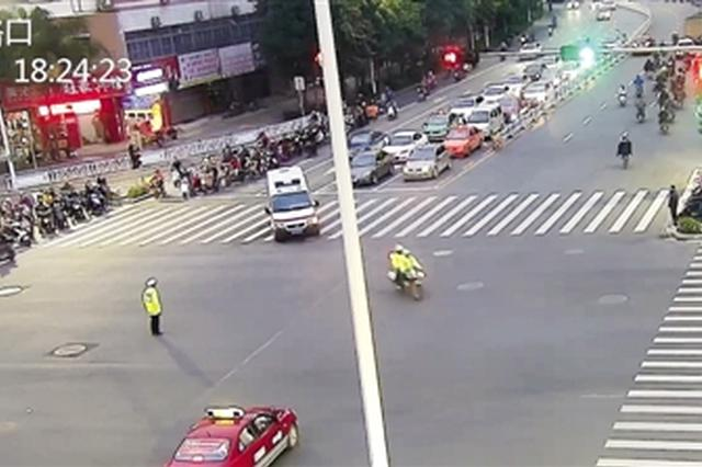 北大衡阳路口,警车为救护车护航(监控截图)