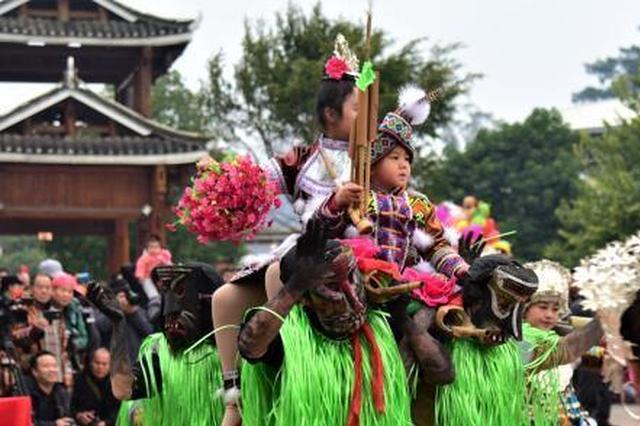 吹起芦笙跳起踩堂舞 广西苗族民众祭祀祖先过苗年