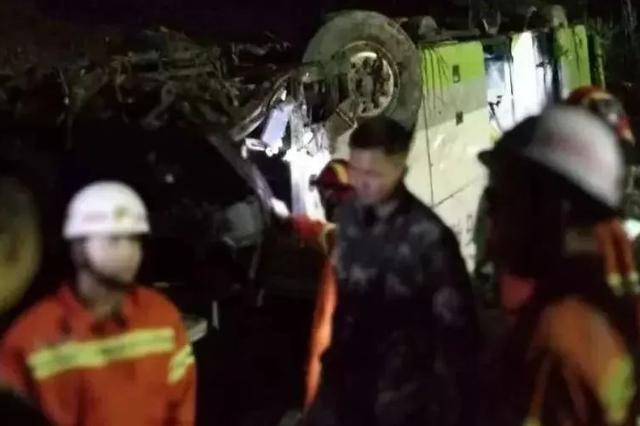 突发!广昆高速一辆载54人客车追尾货车 致3死51伤