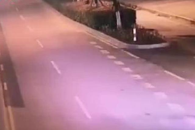 女司机专注开车 醉酒老公开车门摔倒在路上