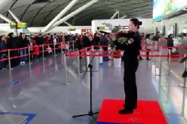 南宁机场琴胡演奏献旅客 网友:原来都是演奏家