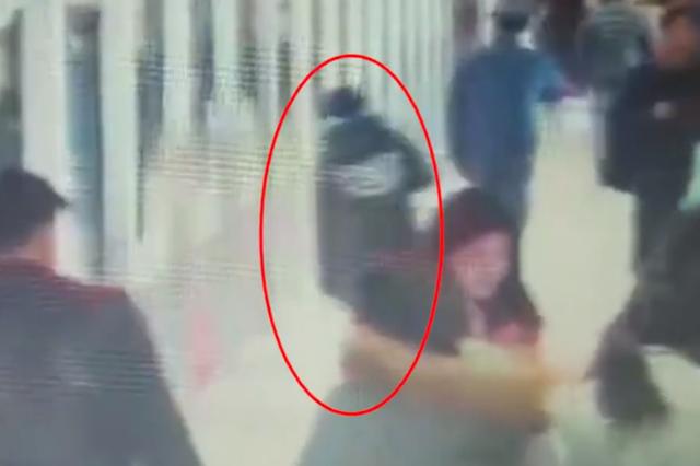 监拍:女孩赶地铁 一头撞上安全门晕倒