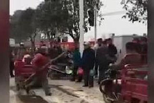 桂林:女城管殴打女摊贩视频热传 官方:摊贩先动手